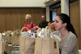 Elina Kivikalliota (etualalla) ja muita Kosken kunnanvaltuutettuja odotti iloinen ja kauniisti paketoitu yllätys valtuustokokouksessa.
