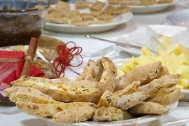 Cantuccinien aprikoosin ja mantelin voi korvata muilla kuivahedelmillä, pähkinöillä tai suklaalla.