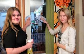 Moppistopin Susanna Saarisen ja Emma Mäkisen voi kutsua avuksi vaikka joulusiivousta tekemään.