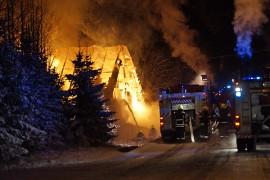 Varastorakennus vanhoine autoineen tuhoutui tulipalossa täysin. Kuva: Simo Päivärinta.
