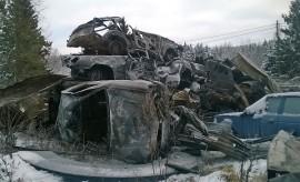 Perjantaiaamuna näkymä palopaikalla oli ankea: palossa tuhoutui 14 autoa. Kuva: Simo Päivärinta