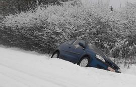 Auto päätyi perä edellä ojaan. Kuva: Simo Päivärinta