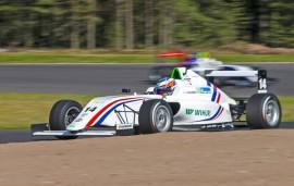 17-vuotias Simo Laaksonen kaasuttaa F4-kisoissa. Tulevaisuuden haaveet siintävät F1:ssä. Kuva: Pertti Kangasniemi