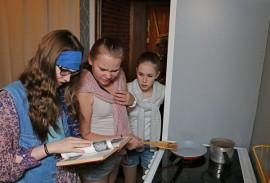 Leskirouvan lapsenlapsia näyttelevät Ella Lehtonen, Veera Hurme ja Lia Antell joutuvat kokkaamaan vailla taitoja.