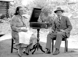 Alma ja Kosti Salmen levysoittimen äärellä.