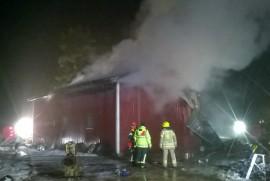 Yläneen palokunta taltutti hallipalon niin, ettei tuli päässyt leviämään muihin rakennuksiin. Kuva: Simo Päivärinta