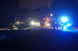 Henkilöauto hevostrailereineen ajautui valtatieltä ojaan Pöytyällä sunnuntai-iltana. Kuva: Simo Päivärinta