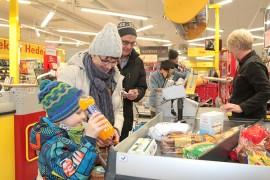 Frans Meller kävi isovanhempiensa Pirjo ja Heikki Mellerin kanssa Kosken Salessa. Pirjo Meller haluaa jatkossakin käydä kaupassa päivällä,  joten aukioloaikojen muutoksilla ei ole heille merkitystä. Kassan takana myyjä Marjo Simola.