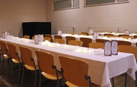 Valtuustosaliin ja sen yhteydessä olevaan aulaan on katettavissa paikka 130 ruokailijalle. Ohjelmalava sijaitsee valtuustosalin nurkassa.