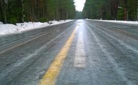 Salontie on muuttunut Koskella luistinradaksi: tie on kauttaaltaan jäässä, ja jään päälle on satanut ohuelti vettä. Kuva: Simo Päivärinta