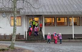 Heikinsuon koulun lakkauttamispäätös käynnisti kylässä keskustelun kunnanosaliitoksesta.