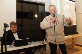 Jari Herlmisaari lauloi Uhtuan linnusta Ville Mäkimattilan säestyksellä.