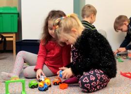 Rosa Linden ja Kira Bondar kiinnostuivat autoista. Taaempana leikkivät Antti Pukkila ja Niila Koskenoja.