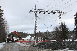 Voimajohtopylvään uutta perustaa kaivetaan vanhan pylvään viereen Tiipiläntien varressa Tarvasjoen ja Marttilan rajamailla.