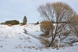 Savijoki mutkittelee viljelymaiseman halki Liedonperässä. Hankeväki toivoo, että viljelijät lähtevät hanakasti mukaan joen valuma-alueen kipsikokeiluun.