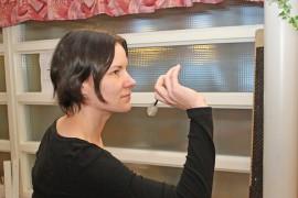 Anna Vilénin käsi käy tarkasti darts-tikan heittoviivalla.