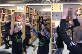 Kosken Nuorisoseuran nuoret tanssijat tanssivat myös kirjastossa.