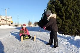 Kyrön keskustan kävelytiet olivat keskiviikkona hyvässä kunnossa. Lydia Eskolan ja Jenna Nikkisen pulkka tosin kulki hyvin hiekoitetulla tiellä huonosta.