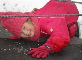 Meeri Vesala, 8, sujahti hämähäkkiverkosta ketterästi kuin koira. Kuva: Maija Paloposki