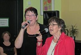 Anna-Leena Shamaletdin ja Anja Lammela lauloivat Eläkeliiton Auran yhdistyksen karaoketansseissa yhdessä Olavi Virran kappaleen Kun ilta ehtii.
