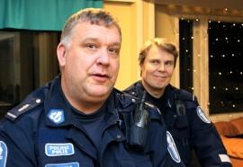 Lähipoliisit Eero Kuisma ja Seppo Pönni ovat tervetulleita vieraita Tarvasjoen nuorisotilalle.