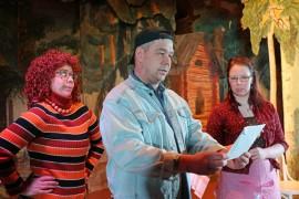 Näytelmään mahtuu myös ihmissuhdekoukeroita. Unskia (Raimo Nurminen) vokotteleva Lyydia (Anne Mäkelä) sekä Elisa (Eeva Paltta) ihmettelevät, miksi Unski on saanut kirjeen käräjäoikeudelta.