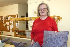 Eeva-Liisa Rönnemaa esittelee kierrätyskuidusta valmistettuja sisustustuotteita Pöytyän käsityökeskuksessa.