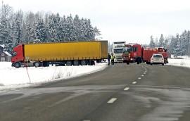 Tieltä suistunut rekan perävaunu haittasi liikennettä Tarvasjoella tiistai-iltapäivänä. Kuva: Simo Päivärinta