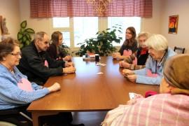 Kosken palvelukeskuksen asukkaat saivat korttirinkiinsä vieraita Kosken seudun yläasteelta.