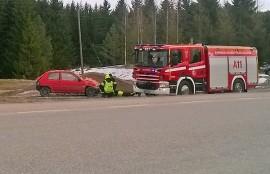 Rattijuopon kuljettama auto kärsi pahoja vaurioita, mutta kuljettaja säästyi loukkaantumiselta. Kuva: Simo Päivärinta
