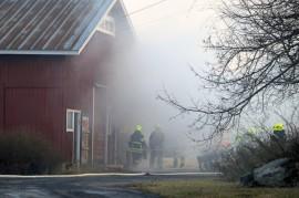 Maatilan konehallin päädyssä ollut verstas paloi Koskella sunnuntai-illalla. Kuva: Simo Päivärinta