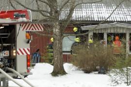 Palokunta joutui purkamaan osan terassin seinästä. Kuva: Simo Päivärinta