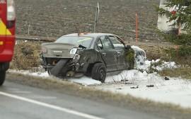 Yksi henkilö loukkaantui ja henkiöauto romuttui käyttökelvottomaksi ulosajossa Ollilassa. Kuva: Simo Päivärinta