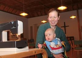 Petra Jorasmaan tytär Raita kokeili uutta ruokalappua jo ompeluillassa. Kaikkein mieluiten hän olisi kuitenkin osallistunut niiden tekoon itse.