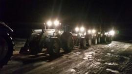Uusitalon lisäksi marssiin liittyi Koskelta puoli viideltä kolme traktoria. Kuva: Perttu Uusitalo