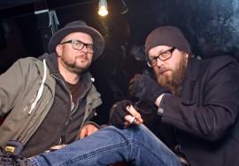 Kotiteollisuus ei pyytele anteeksi, vaan bändi tekee, mitä haluaa, kertoivat yhtyeen basisti Janne Hongisto ja kitaristi Miitri Aaltonen. Laulaja Jouni Hynynen ei ennättänyt kauneusuniltaan kuvaan.