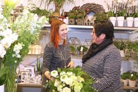 Sidonta on kauniiden kukkien lisäksi kukkakaupassa tärkeä myyntivaltti, kertovat Emmi Lehtonen ja Jaana Hirvi-Lahti.