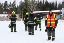 Ilkka Rantala (oikealla) kehui päiväkotilasten ja opettajien mallikasta toimintaa harjoituksen päätteeksi.