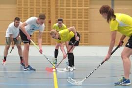Ennen turnauksia naisjoukkue pelaa harjoitusottelun joko miehiä tai junioreita vastaan. Aloituksessa Tuomas Piha ja Elina Uski. Satu Myllyoja ja Kati Heikkonen varmistavat.