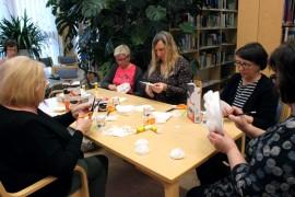 Riihikosken kirjaston järjestämällä kurssilla askarreltiin suodatinpusseista kransseja.