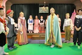 Kyrön koulun 4A-luokka viimeisteli Adalmiinan helmi -näytelmää Kyntäjäntuvan näyttämöllä. Kuva: Jorma Kaarto.