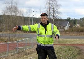 Lämmittelyalue tulisi suurin piirtein tähän, Markku Saarinen näyttää. Taka-alalla on nurmikentäksi muutettava hiekkakenttä.