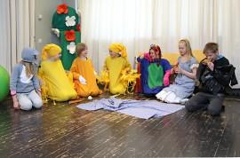 Kaikki Talolan koulun oppilaat ovat olleet mukana näytelmän teossa. Puherooleista huolehtivat 4.–6.-luokkalaiset.
