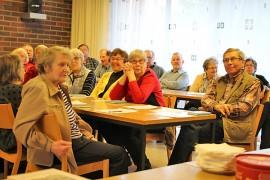 Eläkeliiton Yläneen yhdistyksen puheenjohtaja Risto Ristolainen ja kumppanit seurasivat mielenkiinnolla Seppo Posion luentoa talvisodasta.