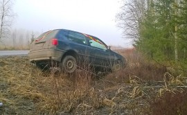 Kahden peuran väistäminen vei auton ojaan Aurassa. Kuva: Simo Päivärinta.