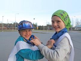 Ivar Laaksonen, 7, ja Joonas Tammi, 8, ovat oppineet tekemään partiossa merimiessolmun. –Olemme keksineet uuden leikinkin, valvontakameran, Ivar kertoo.