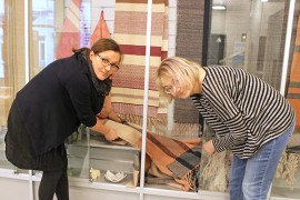 Eeva Terävä kansalaisopistosta sekä Pöytyän kulttuurisihteeri Taina Myllynen kokoamassa uutta näyttelyä Kurkisaliin. Näyttely on osa kulttuuriviikon antia.