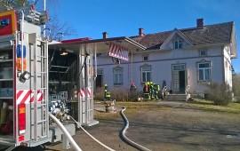 Palokunta varmisti, ettei tuli ollut jäänyt kytemään talon rakenteisiin. Kuva: Simo Päivärinta.