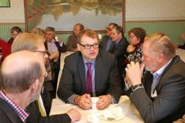 Pääministeri Juha Sipilä kahvitteli keskustaväen kanssa ennen kokousta. Juttuseurana Juha Nevavuori Uudestakaupungista, Jani Kurvinen Somerolta ja Reijo Hallisto Paimiosta.