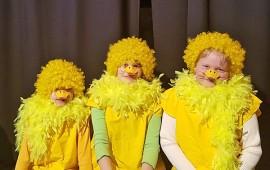 Konstien Iltasatu saa ensi-illan perjantaina. Näytelmässä ankanpoikina nähdään Sandra Hautala, Aurora Hämäläinen ja Krista Hacklin. Kuva: Markus Heikkilä.